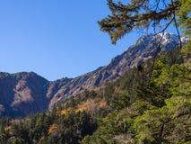 Crête de montagne de neige à la distance avec le ciel bleu clair Images stock