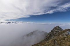 Crête de montagne en brume Photographie stock