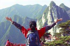 Crête de montagne enthousiaste de randonneur de femme Photo stock