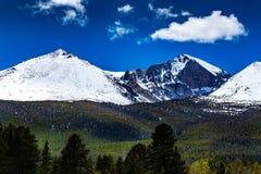 Crête de montagne recouverte par neige Images libres de droits