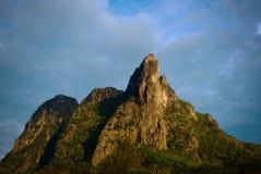 Crête de montagne sous la lumière du soleil Image stock