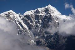 Crête de montagne de Taboche au-dessus des nuages, région d'Everest, Népal photographie stock