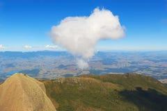 Crête de nuage de ciel de montagne dans la forme de coeur Photos libres de droits