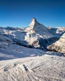 Crête de Sunny Ski Slope et de Matterhorn dans Zermatt Image libre de droits