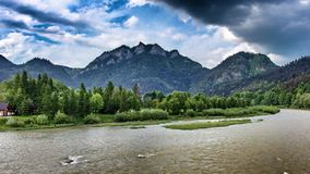 Crête de Trzy Korony au-dessus de la rivière de Dunajec en Ne de ¼ de Sromowce NiÅ en Pologne photographie stock