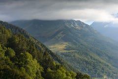 Crête des montagnes pyrénéennes avec des nuages, Frances Image stock