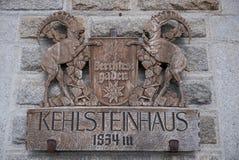 Crête en bois sur la retraite du ` s Kehlsteinhaus d'Hitler images libres de droits