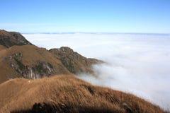 Crête et nuages de montagne Images libres de droits