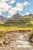 Crête 3056m de rhinocéros et la rivière de Mlambonja Photographie stock