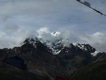 Crête Nuage-enveloppée de l'Himalaya de Chulu Photographie stock