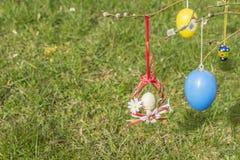 Crête rouge et blanche de Pâques avec l'herbe verte à l'arrière-plan photographie stock libre de droits