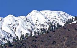 Crêtes chargées par neige chez le Cachemire Photos stock