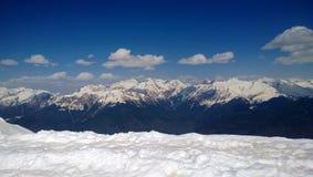 Crêtes couronnées de neige de montagne images libres de droits
