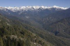 Crêtes couronnées de neige en stationnement national de séquoia Photo stock