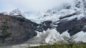 Crêtes couronnées de neige et glacier de granit en parc national de Torres del Paine, Patagonia Chili photographie stock