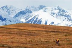 Crêtes de cycliste et de neige de montagne Photos libres de droits