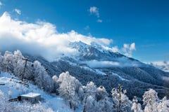 Crêtes de Milou des montagnes au-dessus des nuages et de l'ascenseur de gondole un jour clair d'hiver photographie stock libre de droits