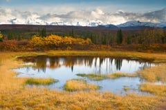 Crêtes de montagne alpines de chaîne d'Alaska de lac color de chute Autumn Season Photo libre de droits