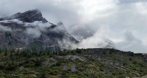 Crêtes de montagne attachées de granit de brouillard en parc national de Torres del Paine, Patagonia Chili image stock