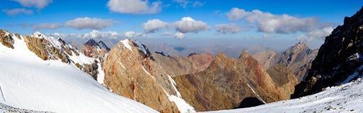 Crêtes de montagne avec le glacier Photographie stock libre de droits