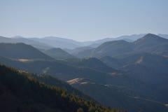 Crêtes de montagne bleues au crépuscule Photographie stock