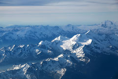 crêtes de montagne couvertes de neige Photographie stock libre de droits