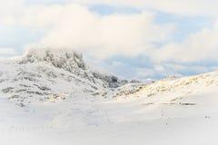 Crêtes de montagne coververed par neige en Norvège photo stock