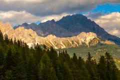 Crêtes de montagne dans les ombres des nuages, dolomites, Italie Photo libre de droits