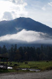 Crêtes de montagne ensoleillées couvertes dans la neige photo stock