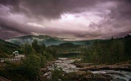 Crêtes de montagne et nuages et route de tempête en montagne, Norvège photos libres de droits