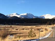 Crêtes de montagne recouvertes par neige Image libre de droits