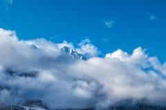 Crêtes de montagne regardant de dessous les nuages photo stock