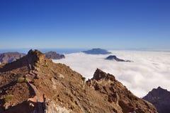 Crêtes de montagne sur la La Palma au-dessus des nuages Photo stock