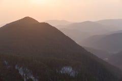 Crêtes de montagne sur le coucher du soleil Images stock