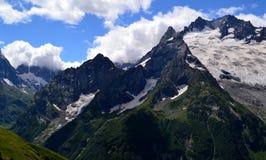 Crêtes de montagne sur un fond des nuages blancs Photo libre de droits