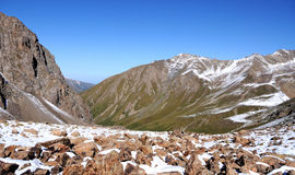 Crêtes de montagne vertes dans la neige Image libre de droits