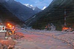 Crêtes de neige et ville Sunlit de ville de gangotri par nuit photographie stock libre de droits