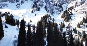 Crêtes de neige situées dans la gorge de Tuyuk su Près de la ville d'Almaty Tir avec le bourdon clips vidéos