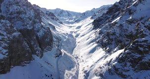 Crêtes de neige situées dans la gorge de Tuyuk su Près de la ville d'Almaty Tir avec le bourdon banque de vidéos