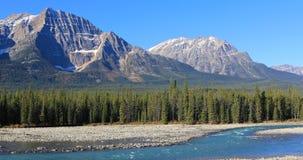 Crêtes de Rocky Mountain avec la rivière d'Athabasca dans l'avant Photo stock