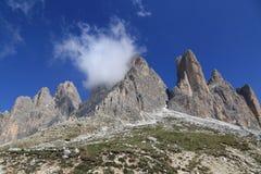 Crêtes de Tre Cime avec un petit nuage Photos libres de droits