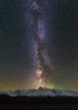 Crêtes des montagnes Étoiles dans le ciel nocturne Galaxie de manière laiteuse au-dessus du nord-Chuya Ridge Photo stock
