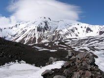 Crêtes des montagnes dans les nuages Photos stock