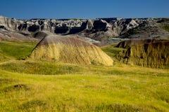 Crêtes et herbe de prairie de érosion du parc national de bad-lands ainsi Images libres de droits
