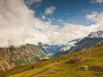 Crêtes neigeuses pointues des montagnes d'Alpes au-dessus de vallée complètement du brouillard lourd, fin d'été Photos libres de droits