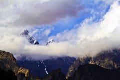 Crêtes par les nuages Photo stock