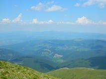 Crêtes scéniques des montagnes carpathiennes Photos stock