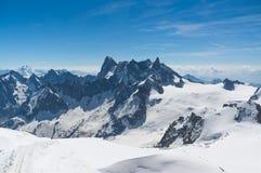 Crêtes sur les montagnes de Montblanc en été Images libres de droits