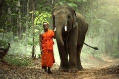 Cría de monje budista de la gente de Kui en el surin Tailandia fotografía de archivo libre de regalías