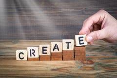 críe Letras de madeira no fundo da mesa de escritório, o informativo e da comunicação Foto de Stock